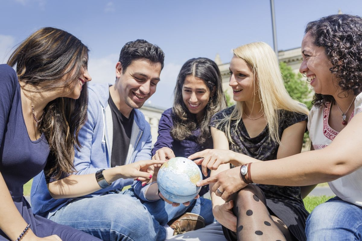 Universität Leipzig – Internationale Studierende mit Globus in der Hand